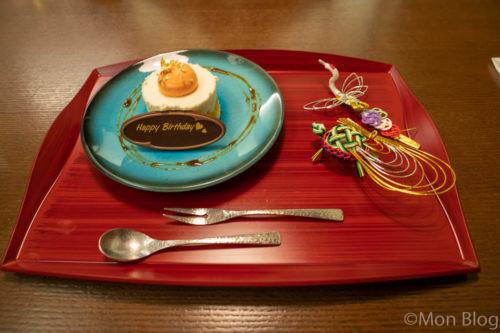 デザートに添えられた鶴と亀の飾り